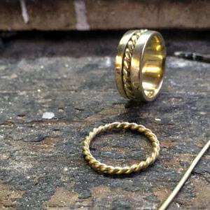 Handgemaakte ring van oud goud